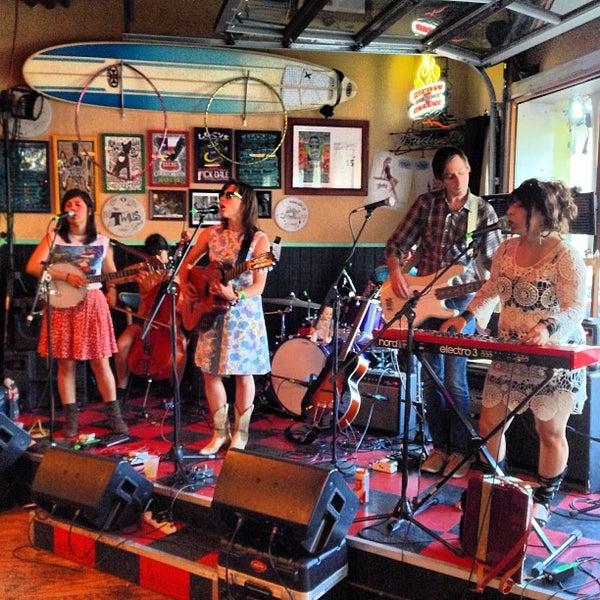 Foto diambil di Lucy's Retired Surfers Bar and Restaurant oleh Adam N. pada 3/15/2013