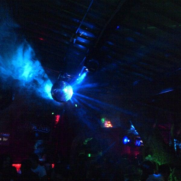 Foto diambil di College Bar oleh Alberto L. pada 3/17/2013