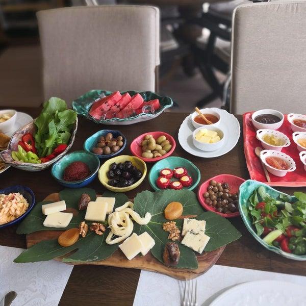 รูปภาพถ่ายที่ Swan Lake Boutique Hotel & Restaurant โดย Aslı S. เมื่อ 6/9/2018