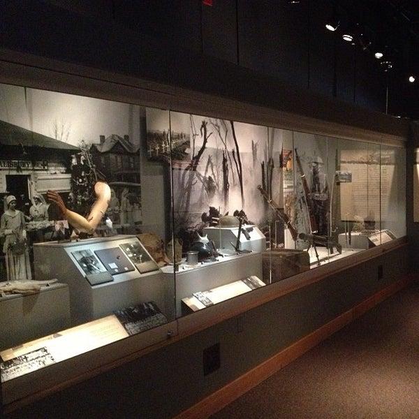 รูปภาพถ่ายที่ North Carolina Museum of History โดย Joshua R. เมื่อ 3/4/2013