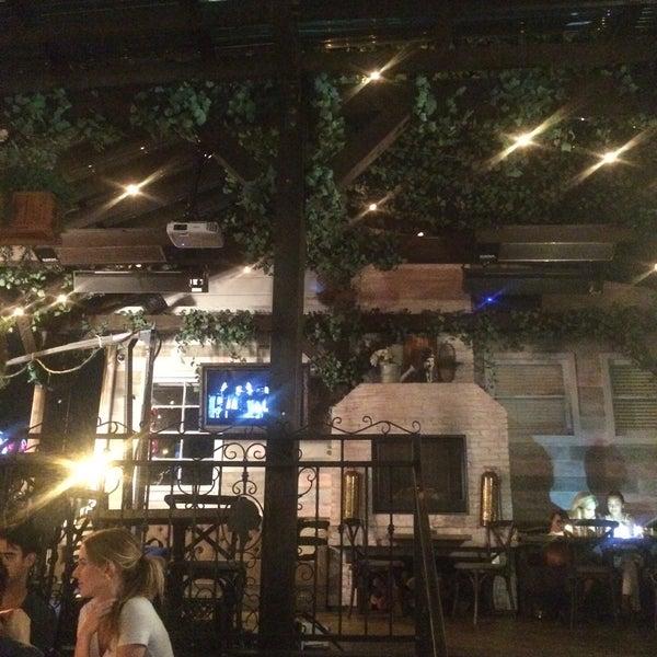9/9/2015 tarihinde Thomas D.ziyaretçi tarafından Pearl's Liquor Bar'de çekilen fotoğraf