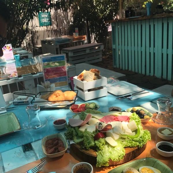 Photo prise au Büyükada Bistro Candy Garden par Zeynep S. le7/30/2017