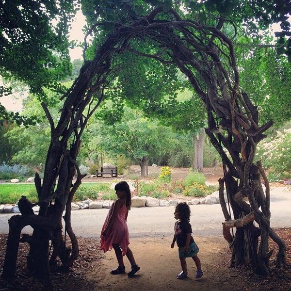 7/27/2013 tarihinde Corinne M.ziyaretçi tarafından Descanso Gardens'de çekilen fotoğraf