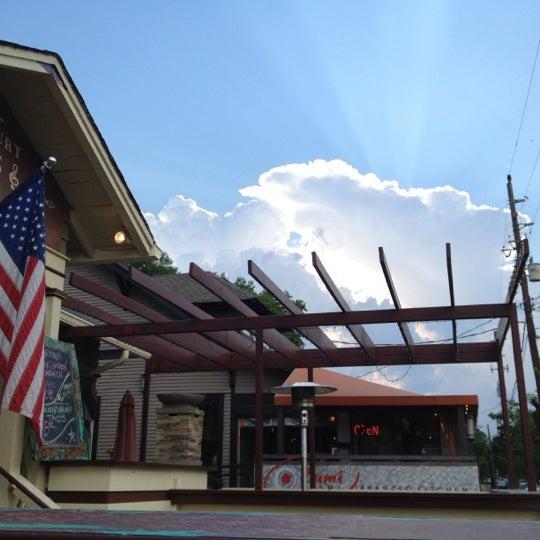 Foto scattata a Belcourt Taps da Bob P. il 4/26/2012