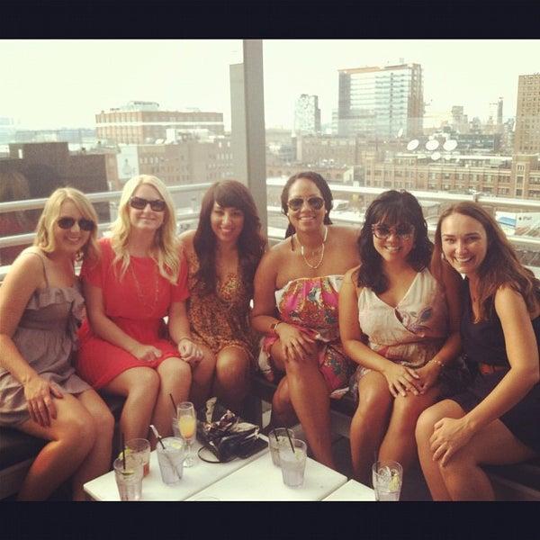 Foto scattata a Plunge Rooftop Bar & Lounge da Sara P. il 9/2/2012