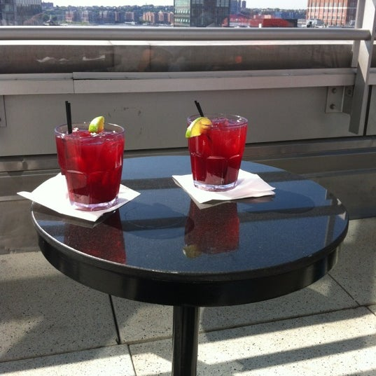 Foto scattata a Plunge Rooftop Bar & Lounge da Jahayra_NYC il 5/19/2012