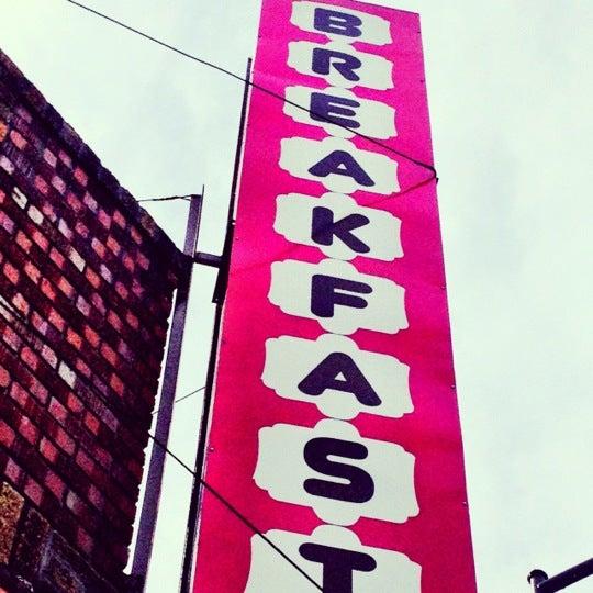 รูปภาพถ่ายที่ Jelly Cafe โดย Rebecca J. เมื่อ 3/18/2012