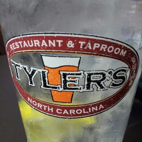 รูปภาพถ่ายที่ Tyler's Restaurant & Taproom โดย Anthony M. เมื่อ 9/30/2012