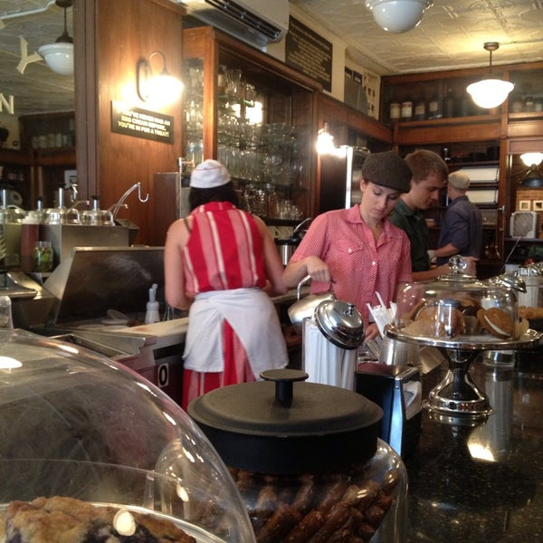 Foto scattata a Brooklyn Farmacy & Soda Fountain da Melanie T. il 7/4/2013