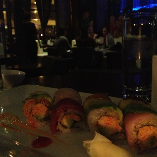 Photo prise au HaChi Restaurant & Lounge par Kristine le11/14/2012