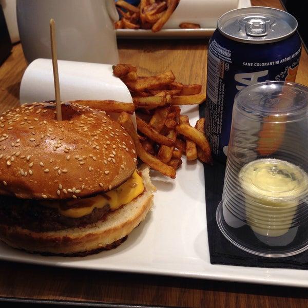 Foto tirada no(a) Mamie Burger Grands Boulevards por Sébastien C. em 3/19/2015
