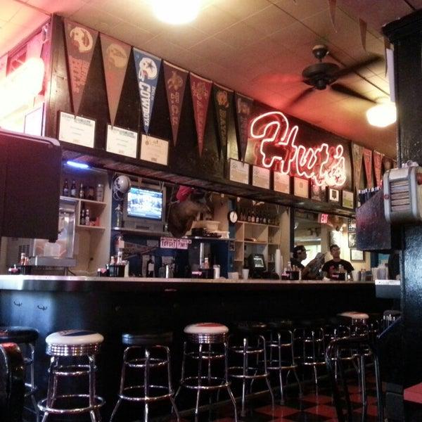 Foto tirada no(a) Hut's Hamburgers por Shane S. em 8/10/2014