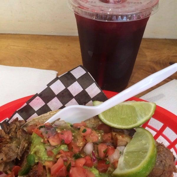 Снимок сделан в Seven Lives - Tacos y Mariscos пользователем Jessika C. 8/19/2015