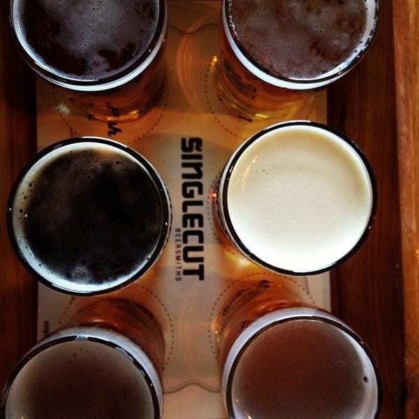 Foto tirada no(a) SingleCut Beersmiths por Jon M. em 4/14/2013