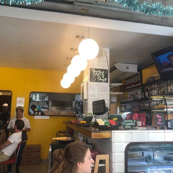Aberto 24h !!!! Tem todos as opções : eggs Benedict, French toast, Pao na chapa, sucos, cafés etc....  quente ( Rio..) , serviço ótimo!