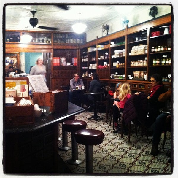 Foto scattata a Brooklyn Farmacy & Soda Fountain da Jaclyn il 12/9/2012