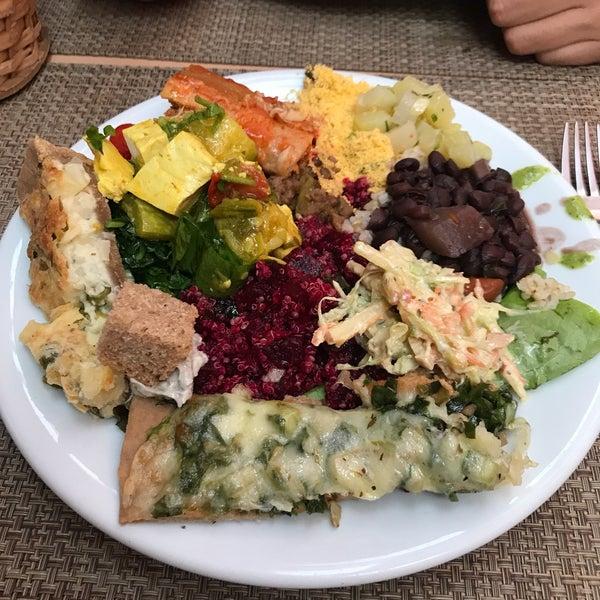 Comida vegetariana gostosa, nada sofisticada a preço justo. O local é simples mas a parte de comer (tem a parte de mercearia) é agradável e com certo aconchego.