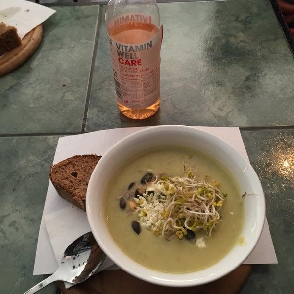 Gute Suppe obwohl nicht erstaunlich. Bedienung ganz ok.