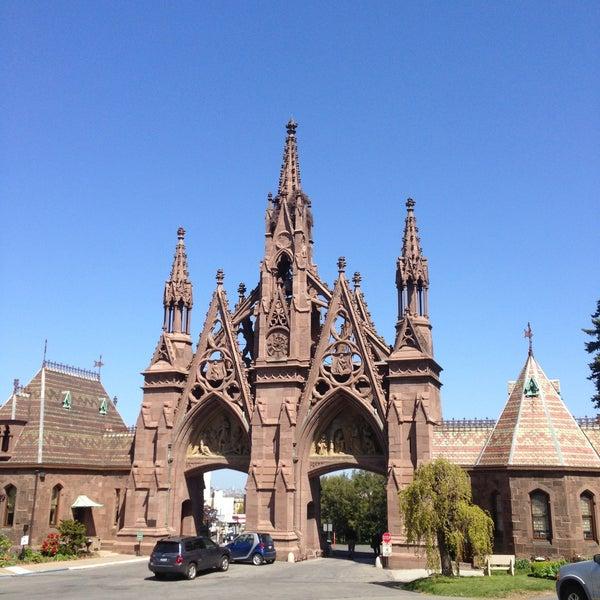 Foto tomada en Green-Wood Cemetery por Greg Y. el 5/5/2013