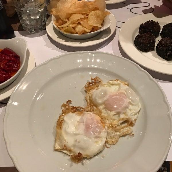 El restaurante es estupendo, asados, morcilla, pimientos, productos de la huerta propia. Cocina burgalesa tradicional de calidad. Si vas con prisa en el bar hay mesas bajas donde sirven rápido y bien
