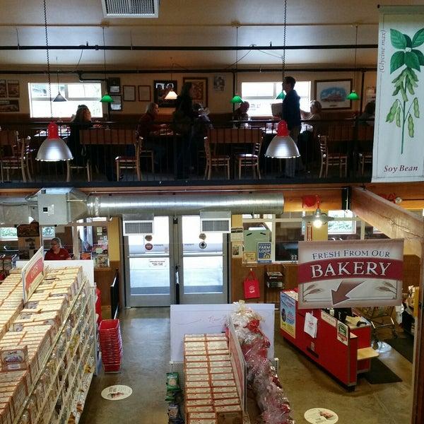 รูปภาพถ่ายที่ Bob's Red Mill Whole Grain Store โดย John R. เมื่อ 2/2/2018