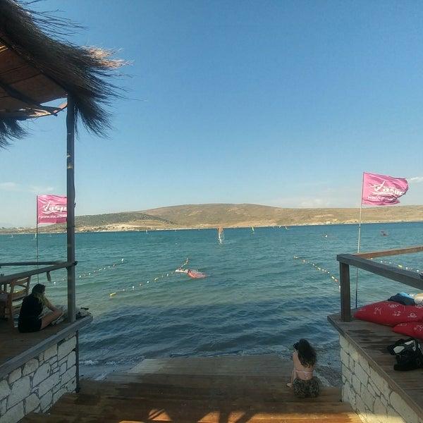 Das Foto wurde bei Alaçatı Surf Paradise Club von Hacer P. am 6/22/2019 aufgenommen