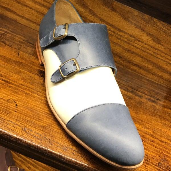 Mucha variedad de ropa y zapatos. Puedes mandar a hacer zapatos personalizados.