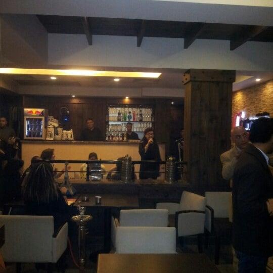 Foto scattata a Around The Corner Cafe da Tamer E. il 12/6/2012