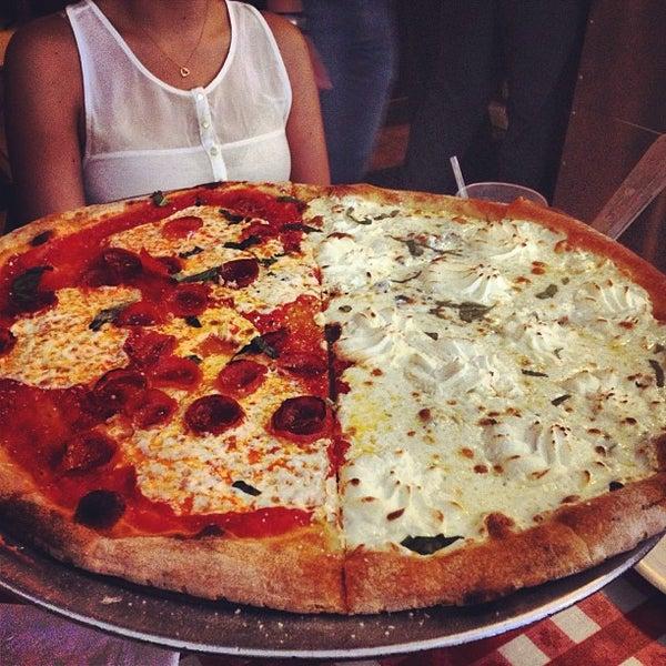 Das Foto wurde bei Lombardi's Coal Oven Pizza von ANDRO N. am 6/26/2013 aufgenommen