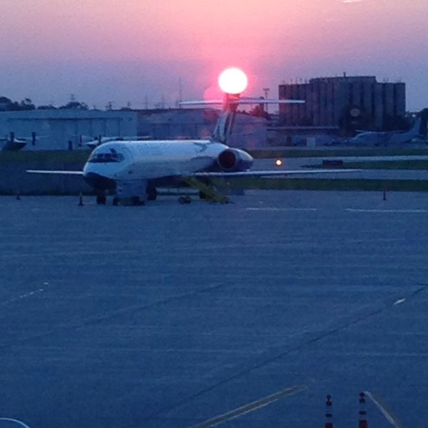 Foto tirada no(a) General Mitchell International Airport (MKE) por Tony L. em 7/10/2013