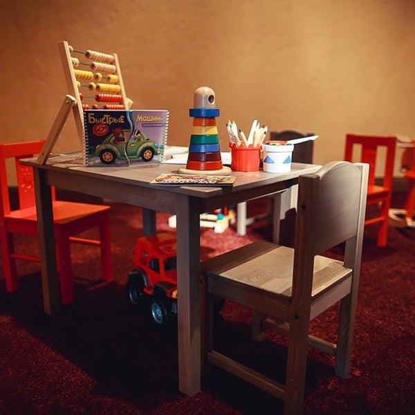 Пока вкусно едим, немножко выпиваем, малыши в детской комнате с няней играют, хорошо всем!