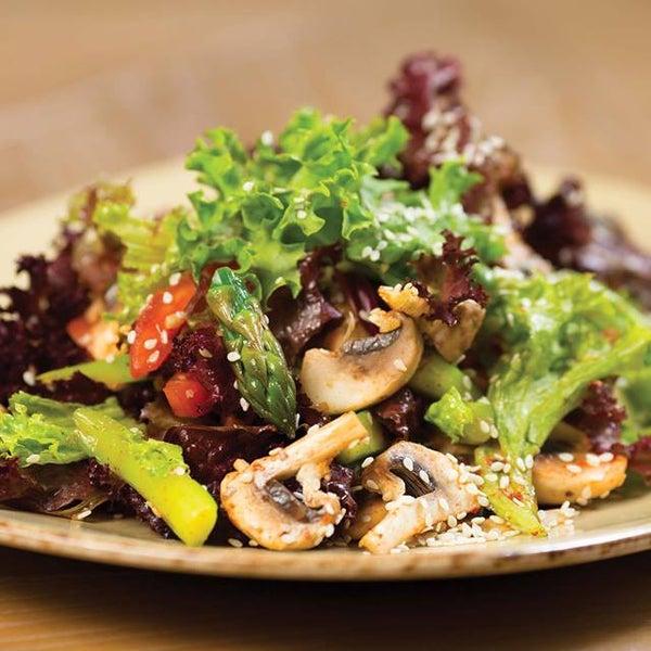 Попробуйте салат «Арагац» из свежих шампиньонов и спаржи с заправкой на основе мацони с кизилом!
