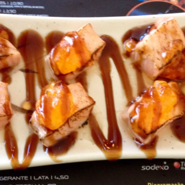 Dos sushis especiais, o Massamoto arrasa! São cubos de salmão maçaricados com geléia de pimenta por cima. Só para os fortes!