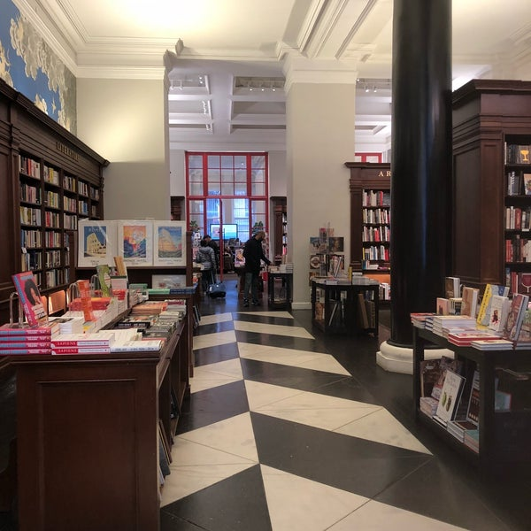 Снимок сделан в Rizzoli Bookstore пользователем Sandra G. 10/20/2018