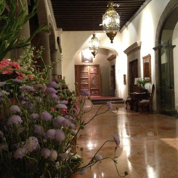 รูปภาพถ่ายที่ Hacienda de Los Morales โดย Roberto B. เมื่อ 4/10/2013