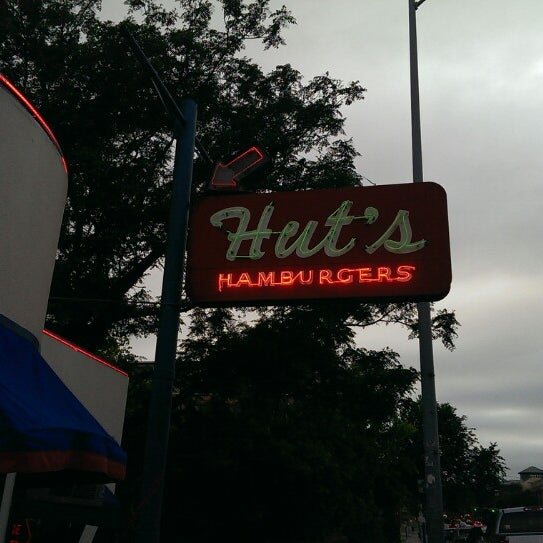 Foto tirada no(a) Hut's Hamburgers por @DjayRage G. em 4/24/2013