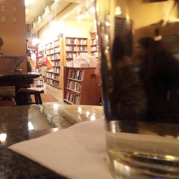 Photo prise au Kramerbooks & Afterwords Cafe par Kamal A. le9/23/2013