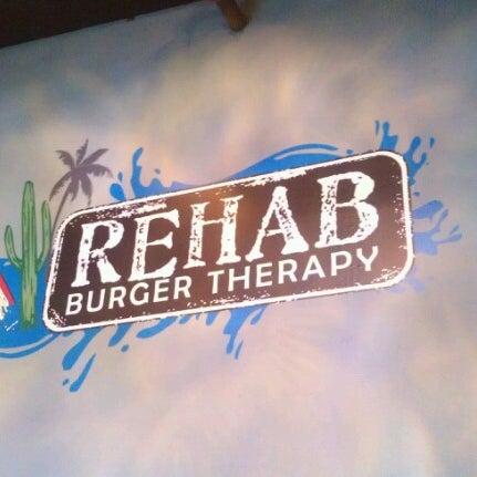Das Foto wurde bei Rehab Burger Therapy von Tela O. am 7/25/2012 aufgenommen