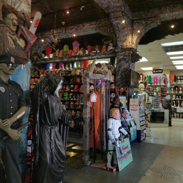 Das Foto wurde bei Hollywood Toys & Costumes von Em C. am 6/22/2016 aufgenommen