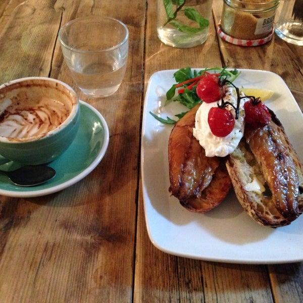 Foto diambil di Brickwood Coffee & Bread oleh Andrea F. pada 10/22/2013