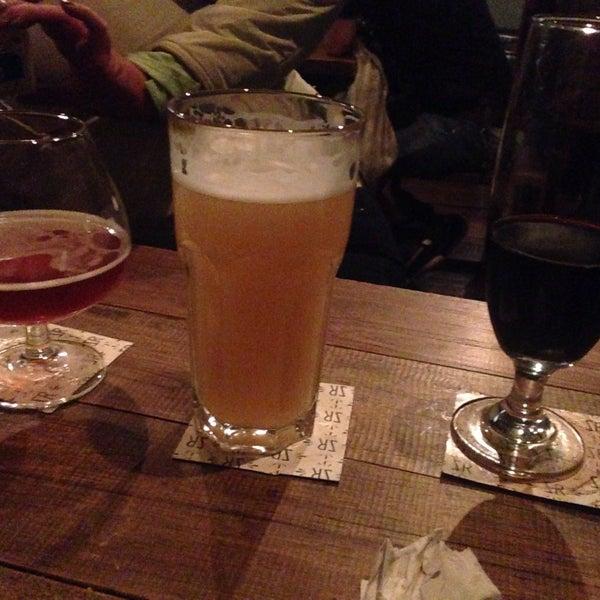 Las cervezas y la comida son deliciosas. Me encanta que den muestras de cerveza para conocerlas. Recomiendo mucho este lugar. ✌🏼🍢🍻