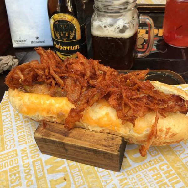 La cerveza Doberman y el hotdog gran Danes, buen sabor y tamaño. Promociones los martes.