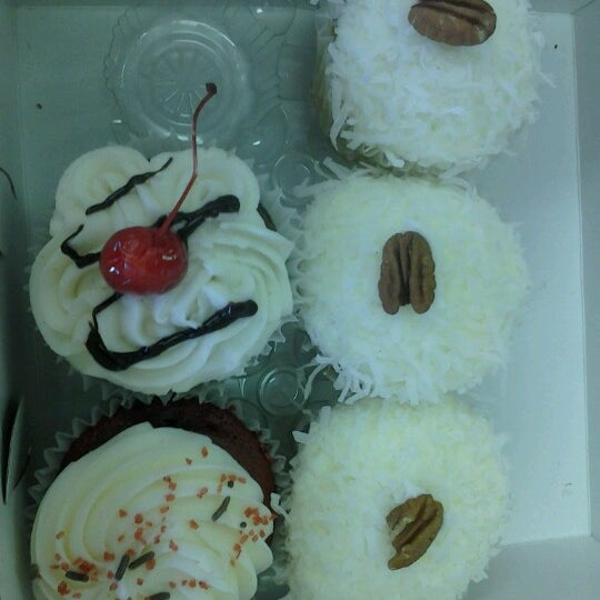 Foto tirada no(a) Cupprimo Cupcakery & Coffee Spot por Maria G A. em 10/2/2012