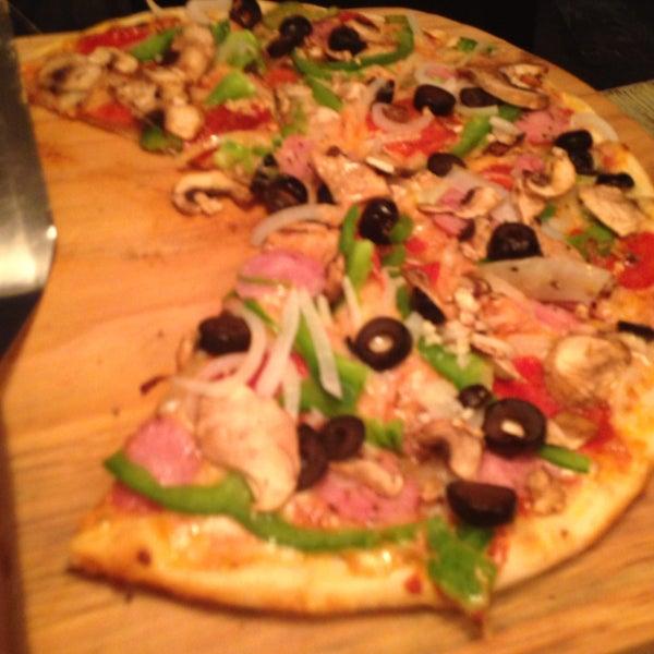 Muy buena la pizza 'Bronx'. El servicio muy bueno y muy agradable lugar.