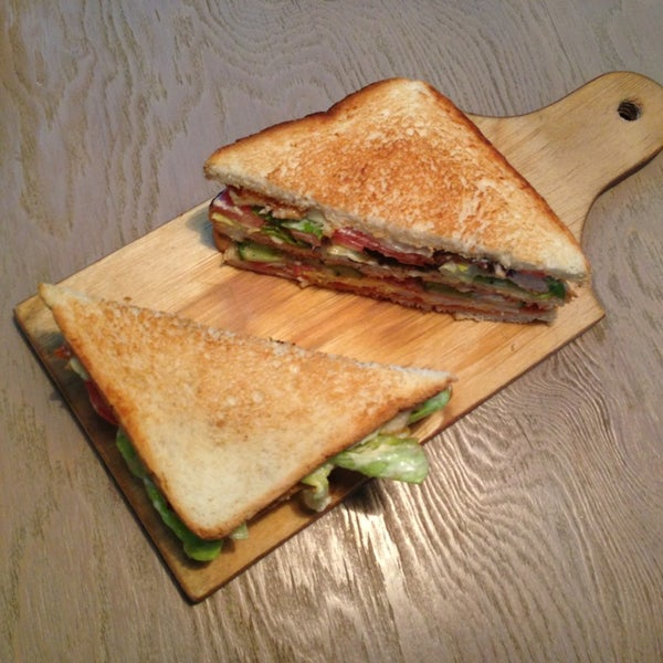 Всем рекомендую клаб-сендвич. Нежный, ароматный, тёплый - его так вкусно есть, что можно и потерпеть 10-15 минут, попивая club-mate)