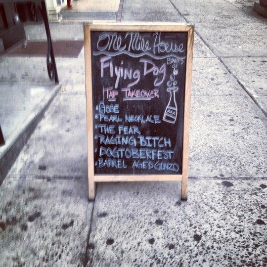 10/8/2012 tarihinde Molly M.ziyaretçi tarafından One Mile House'de çekilen fotoğraf