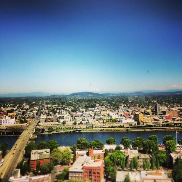 Foto tomada en Portland City Grill por Andy G. el 7/24/2013