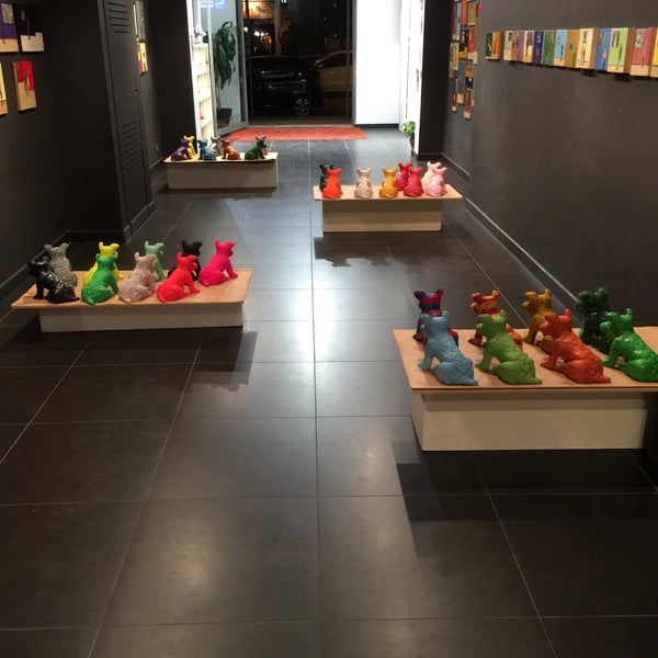 #espectadorsdeluxe an exhibition by @claudiavf1. Colors & dogs. Collective memories.art from pictures and sculpture