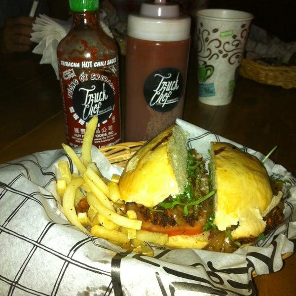 Das Foto wurde bei Truck Chef Urban Food von Ana Lilia N. am 2/12/2014 aufgenommen