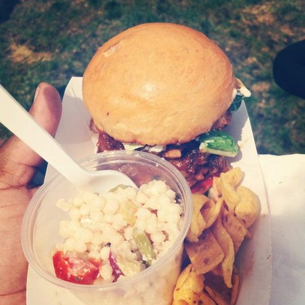 Foto tomada en Urban Grill Food Truck por Krystle S. el 8/10/2013